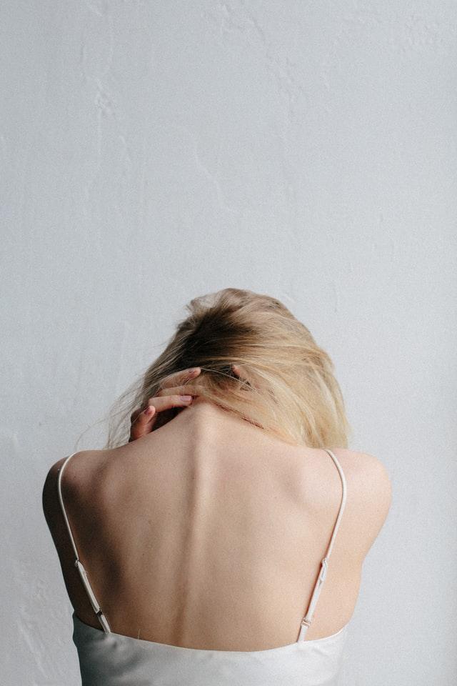 mujer sufriendo fibromialgia
